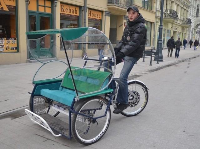 Elektryczną rikszę można rozpędzić po prostej drodze do 45 km na godz. Po ul. Piotrkowskiej jeździ na razie jeden taki pojazd.