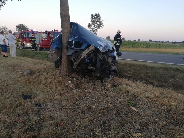 Wypadek BMW na trasę relacji Brańsk-Kalnica. Kierowca uderzył w drzewo