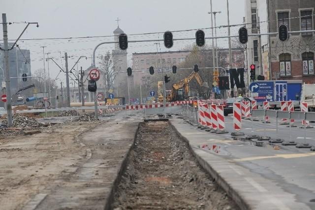 W tym wąskim pasie w przyszłym tygodniu maszyny budowlane zaczną pracować przy tworzeniu ścian szczelinowych.