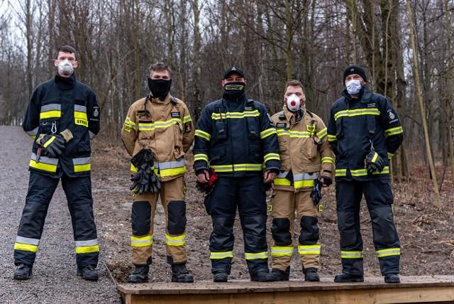 """W charytatywnym projekcie """"Ćwiczeniach dla Konrada"""", który odbył się w wielickim parku na Stoku Pod Baranem, wzięli udział strażacy ze wszystkich jednostek OSP w gminie Wieliczka. Akcja była gestem gestem solidarności i wsparcia dla Konrada Tańculi, młodego mieszkańca Wieliczki, strażaka OSP Wieliczka, który od ponad roku walczy o powrót do samodzielności po dramatycznym wypadku"""
