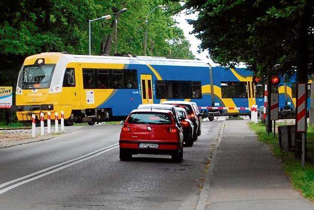 Na przejeździe kolejowym w Pucku trzeba było czekać blisko tydzień na uruchomienie automatyki zamykającej szlabany przed przejazdem pociągu