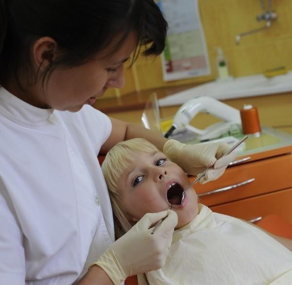 6-letnia Ola z Opola dentysty się nie boi. Na wizyty kontrolne przychodzi z rodzicami regularnie.