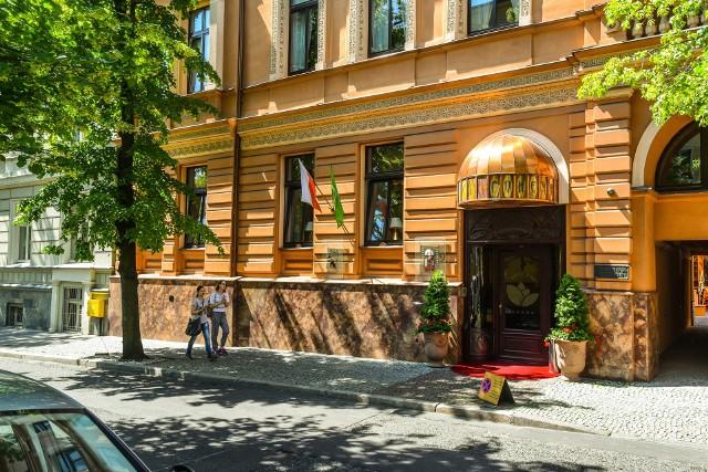 """Serwis turystyczny TripAdvisor zajmujący się między innymi rekomendacjami dla hoteli, pensjonatów, restauracji i atrakcji turystycznych dokonał corocznego wyboru najciekawszych propozycji ze świata, Europy i Polski. Wśród wyróżnionych hoteli jest kilka z naszego regionu i plasujący się bardzo wysoko bydgoski rodzynek - Hotel Bohema. Jedyny pięciogwiazdkowy hotel w Bydgoszczy zajął trzecie miejsce w Polsce w kategorii """"Luksus""""."""