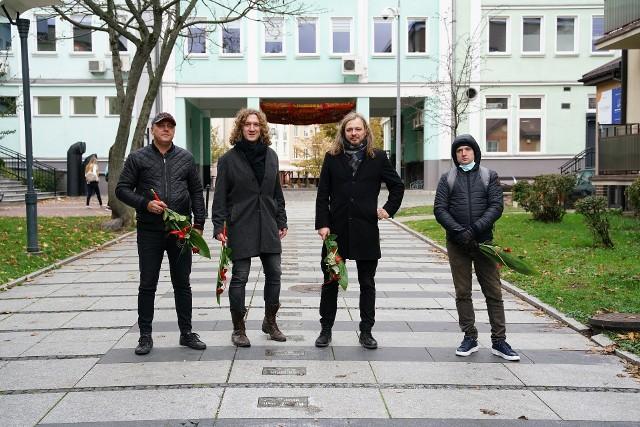 Nowe tabliczki na alei Bluesa w Białymstoku. Od lewej: Sebastian Riedel, Łukasz Wiśniewski, Piotr Grząślewicz, Maciej Dziemski