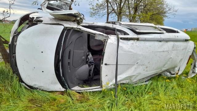 Do wypadku doszło na 237. kilometrze A4 w kierunku Wrocławia. Dacia uderzyła w bariery, dachowała i wylądowała w rowie.