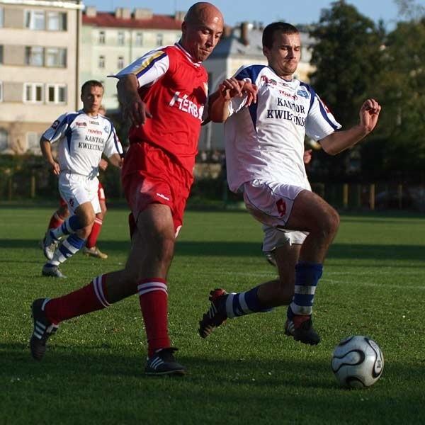 Jesienią w derbach Stali lepsza okazała się ta z Rzeszowa. Na zdjęciu o piłkę walczą Dariusz Jęczkowski (z lewej) i Krystian Lebioda.