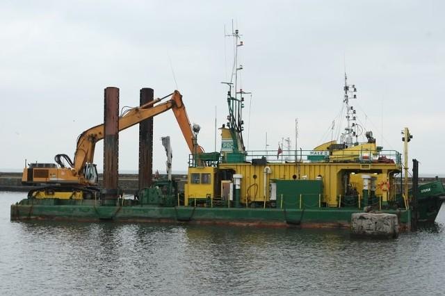 Pogłębiarka z Gdańska mogła wychodzić w morze tylko przy niskiej fali. Dlatego wejście do portu w Ustce udrożniła dopiero po dwóch tygodniach prac.
