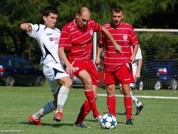 Cosmos Nowotaniec (czerwone stroje) podobnie jak w sierpni 2011 roku pokonał Żurawiankę 3-2.