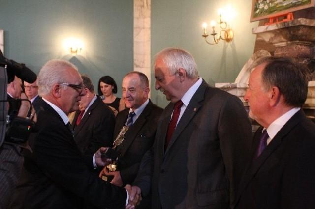 20 lat Forum Pracodawców. W Kielcach uroczyście obchodzono jubileuszCzłonkowie założyciele Forum Pracodawców otrzymali okolicznościowe statuetki.