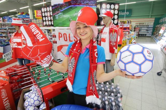 Piłkarska euromania. Jakie gadżety dla kibiców są na topie? Specjalny kącik dla kibica w Tesco Extraw Kielcach prezentuje pani Mariola.