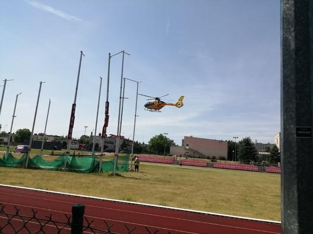 Na trenie Zespołu Szkół Technicznych i Ogólnokształcących we Wrześni lądował helikopter LPR. Jak udało nam się dowiedzieć, do szpitala zabrany został mężczyzna po zawale.