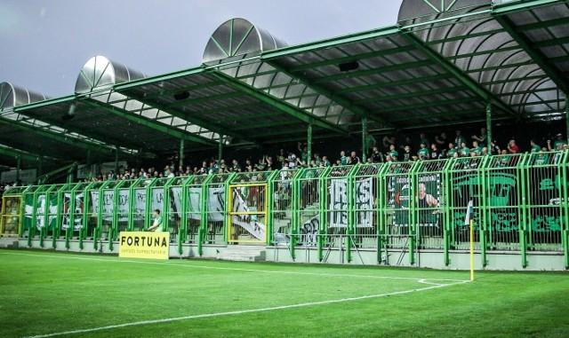 Kibice Radomiaka na stadionie w Bełchatowie podczas meczu z miejscowym GKS.