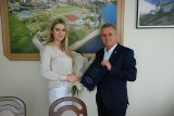 Piękna pińczowianka odebrała gratulacje od burmistrza. Sukces Kamili Sobirańskiej, to również promocja gminy [ZDJĘCIA]