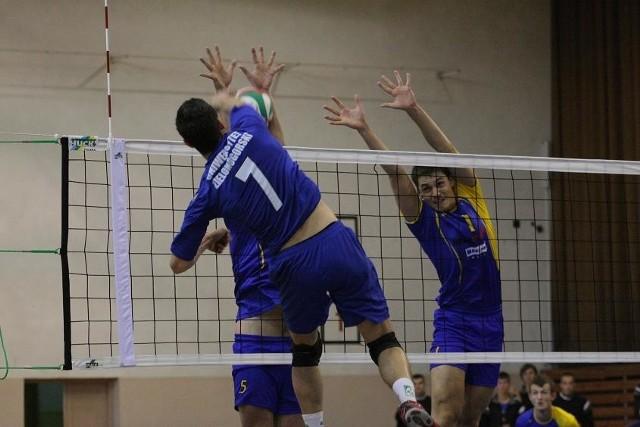 Fragment pierwszego meczu Olimpia - AZS UZ, wygranego w Sulęcinie przez gości 3:2. Atak zielonogórzanina Przemysława Kępskiego zatrzymują blokiem Arkadiusz Romańczuk (z lewej) i Damian Misterski.