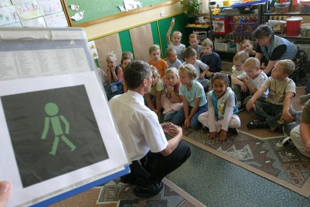 Lekcje ruchu drogowego odbywają się w szkołach.