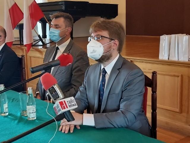Dr Mikołaj Getke-Kenig, nowy dyrektor Muzeum Okręgowego w Sandomierzu z prawej od dzisiaj, pierwszego czerwca rozpoczął pracę w Muzeum. Objęcie stanowiska było okazją do poinformowana o planach na najbliższe miesiące. Z lewej Marcin Marzec burmistrz Sandomierza.