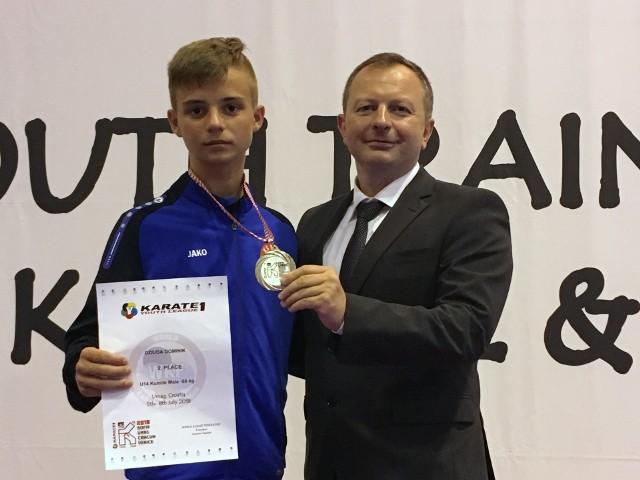 Srebrny medalista Ligi Światowej w karate Dominik Dziuda i trener utalentowanego zawodnika Maciej Gawłowski