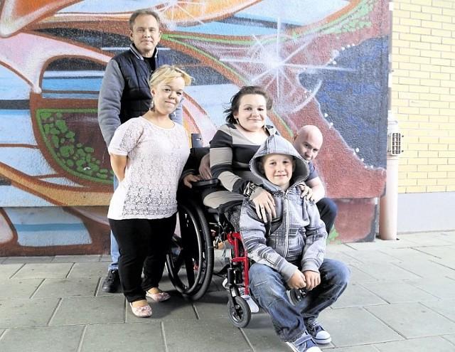 Aneta (na zdjęciu z synkiem, mężem i przyjaciółmi: Kamilem i Magdą, którzy zorganizowali akcję) jeździ teraz na zwykłym wózku, którego samodzielnie nie jest w stanie prowadzić.