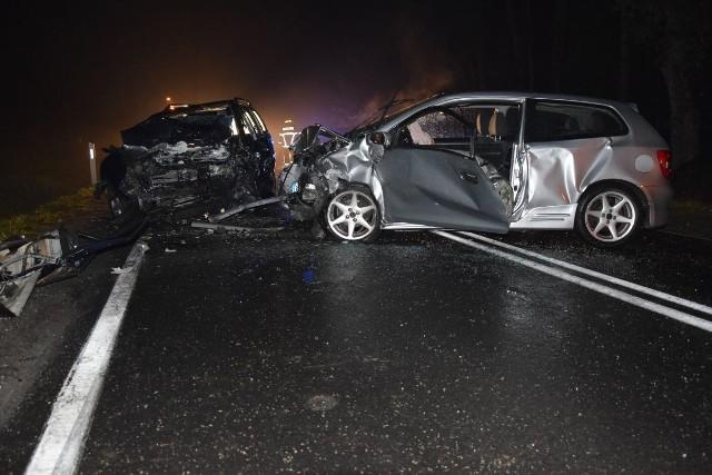 Ulicą jechały dwa samochody: opel astra kierowany przez 26-latka i honda civic, kierowana przez 18-latka. W pewnym momencie oba samochody zderzyły się.