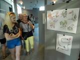 """Ilustragan 3. Artyści """"przenieśli"""" zwierzęta z opolskiego zoo na wystawę do biblioteki i do książki"""