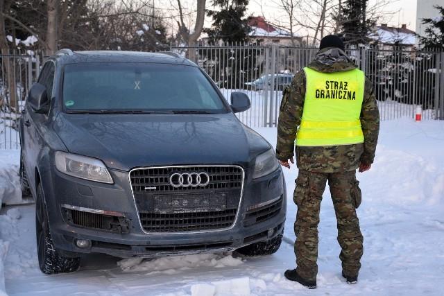 Funkcjonariusze podlaskiej straży granicznej odzyskali skradzione audi i motocykl
