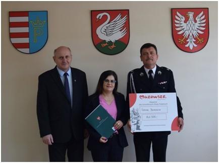 Przedstawiciele gminy Borkowice wraz z wójtem Robertem Fidosem prezentują symboliczny czek, jakie gmina dostała od Mazowsza na strażackie inwestycje.