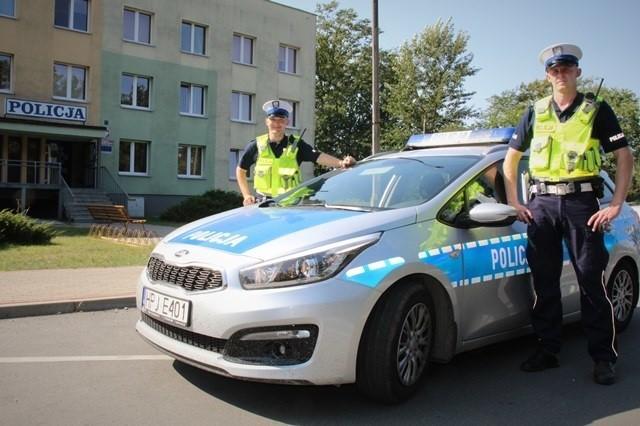 Sierż. Paweł Cygler (z lewej) i st. post. Patryk Niesłoń eskortowali do szpitala w Kędzierzynie-Koźlu samochód z ciężko rannym 65-latkiem.
