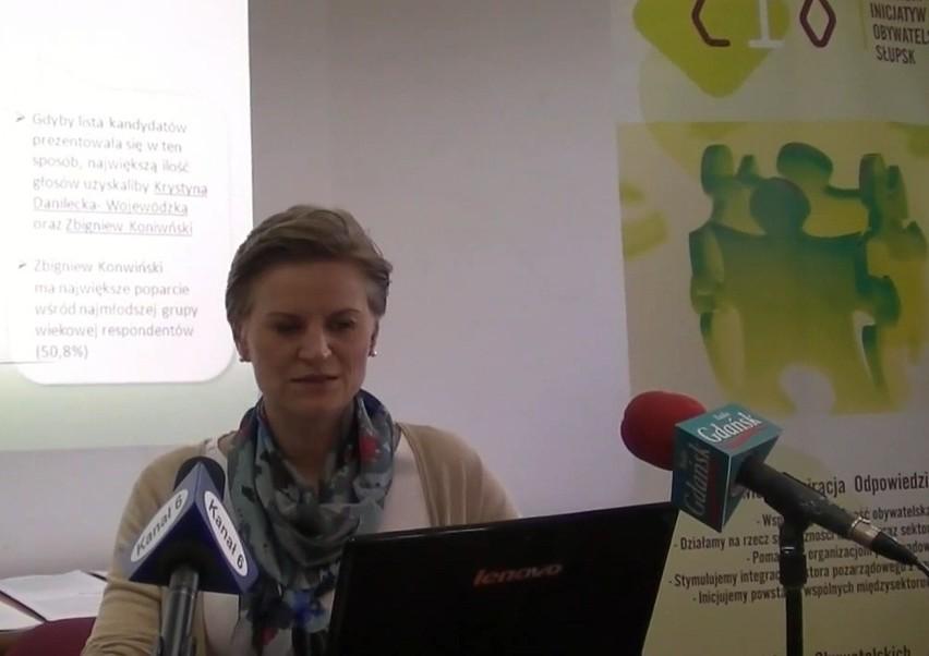 Marta Makuch z CIO prezentuje wyniki sondażu przedwyborczego.