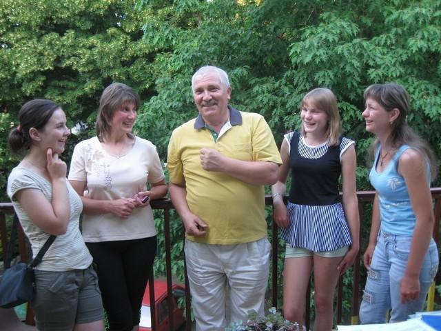 Od lewej - Lila, Ola, Marianna i Nela słuchają opowieści Mirosława Zengiela.