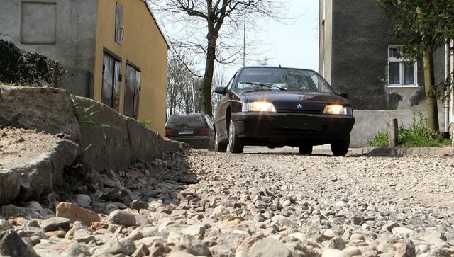 Tymczasowo wyrównana droga na podwórko od strony ul. Sobieskiego.