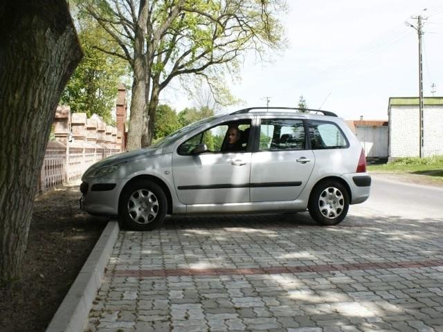 Przed cmentarzem w Trzebczu Szlacheckim można już postawić samochód na utwardzonym placu