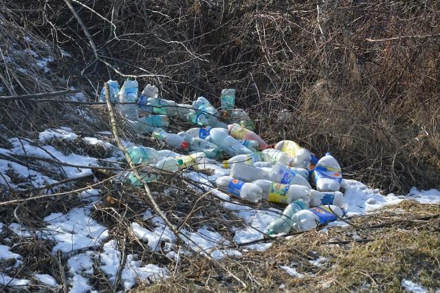 Dzikie wysypiska śmieci są problemem w Nowym Brzesku, ale w wielu innych gminach również