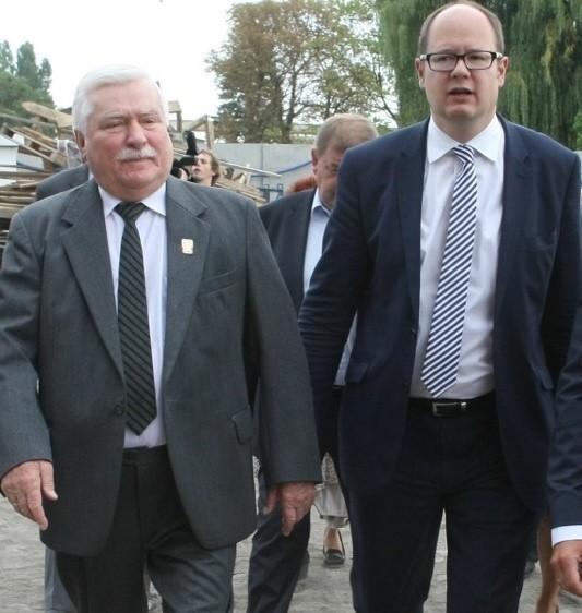 Lech Wałęsa i Paweł Adamowicz na terenie budowy Europejskiego Centrum Solidarności w Gdańsku