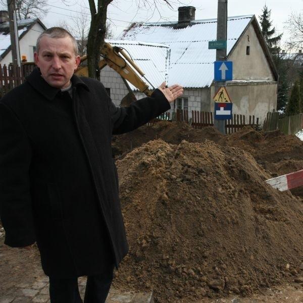 Główna droga remontowana jest w najlepsze, a my zostaliśmy pominięci - mówi Marian Wołyniec. - Przecież nie oczekujemy niestworzonych rzeczy. Wystarczyłoby, żeby podłączono nam kanalizację. To wszystko - dodaje.