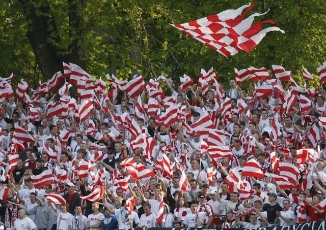 Stal Rzeszów - Resovia. Fotorelacja z trybunMecz Stali i Resovii Rzeszów oglądalo lącznie ok. 5 tysiecy kibiców. W specjalnie wydzielonym sektorze gości zasiadlo ok. 2 tys. fanów Resovii.