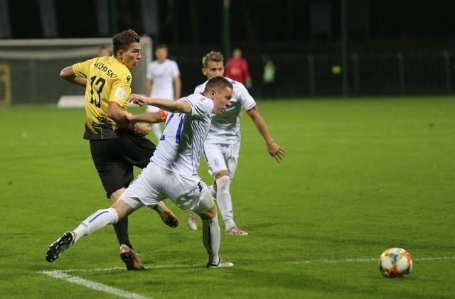 Przy Bukowej GKS wygrał z rezerwami Lecha 2:0. We Wronkach padł remis 2:2.