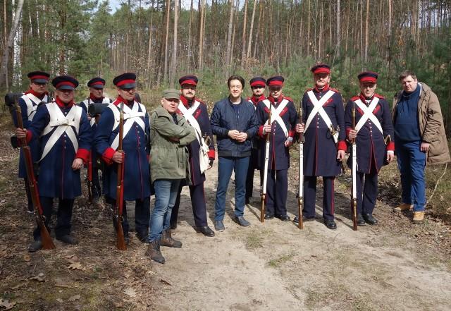 Pamiątkowe zdjęcie rekonstruktorów z autorem filmu Przemysławem Bednarczykiem (w zielonej kurtce i czapce) i Piotrem Kozłowskim, burmistrzem Kozienic (w granatowej kurtce, w środku).