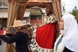 """Przygotowania do inscenizacji historycznej """"Wjazd Króla"""" w Krośnie. Mieszkańcy wybierają monarchę, który będzie główną postacią wydarzenia"""