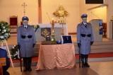 Pogrzeb policjanta z Człuchowa, zmarłego na koronawirusa. Prochy Mateusza Króla spoczęły na cmentarzu w Dębnicy