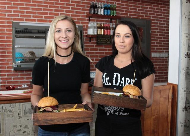 Panie Marlena i Aleksandra zapraszają do Bistro Mr. Dark House m.in. na pyszne burgery.