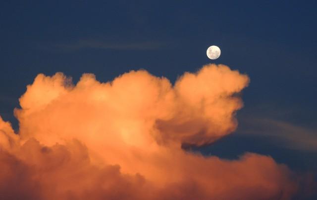 28 czerwca czeka nas pełnia Księżyca, a za miesiąc będziemy mogli obejrzeć jego zaćmienie