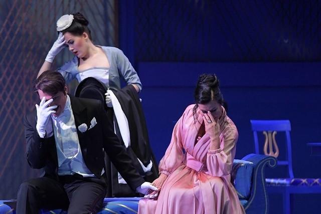 Bo do wszystkiego dobrze jest mieć zdrowy dystans: (od lewej) Tomasz Rak (jako Gabriel von Eisenstein), Aleksandra Borkiewicz (Adela) oraz Joanna Woś (Rozalinda)