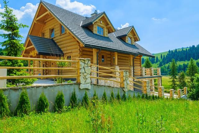 Domy z baliNajwiększą wadą domu z bali jest jego wysoka cena, dlatego przed wyborem tej technologii przede wszystkim należy się zastanowić, czy będzie nas stać na większy wydatek.