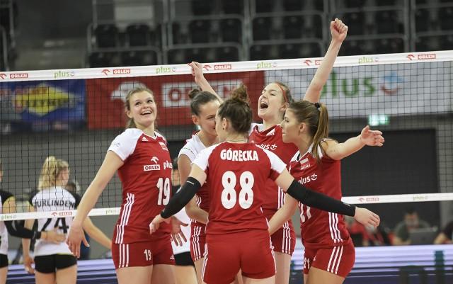 Alicja Grabka (pierwsza z prawej) i Karolina Drużkowska (z rękami w górze) zagrały w meczach ze Szwajcarią