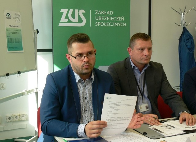 Apelujemy do płatników składek o odbieranie korespondencji - mówi Wojciech Dyląg, regionalny rzecznik  prasowy - z lewej