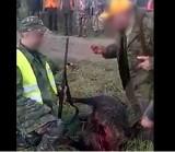 Wysmarowali mu twarz krwią zabitego dzika. Tak wygląda chrzest