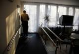 Życie starszych osób wraca do normalności. Pandemia koronawirusa jednak wciąż trwa, więc z rozwagą muszą planować wyjazdy i spotkania