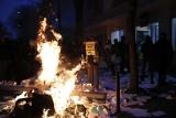 Paryż: Bomby dymne, ogień i bitwa z policją. Protest przeciwników zmian w prawie - za publikację wizerunku policjanta grozi 45 tys. euro