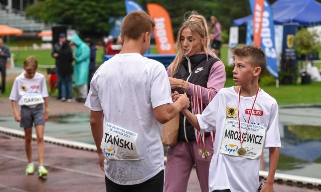 Angelika Cichocka wręczała medale młodym lekkoatletom podczas Grand Prix Sopotu im. Janusza Sidły 2021
