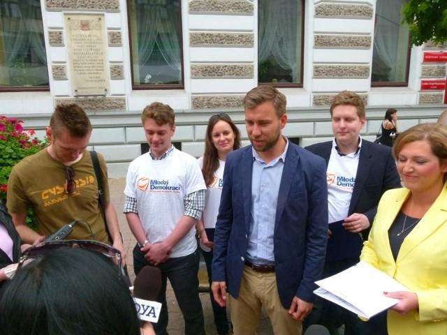 Radni Bartosz Domaszewicz, Karolina Kępka i członkowie młodzieżówki PO będą pytać łodzian o dokonania Godsona w tym samym czasie gdy ten będzie wypytywał mieszkańców o stan miasta.